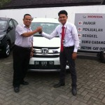 foto-penyerahan-unit-1-sales-marketing-mobil-dealer-honda-banjarmasin-arief