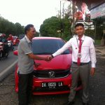 foto-penyerahan-unit-4-sales-marketing-mobil-dealer-honda-banjarmasin-arief